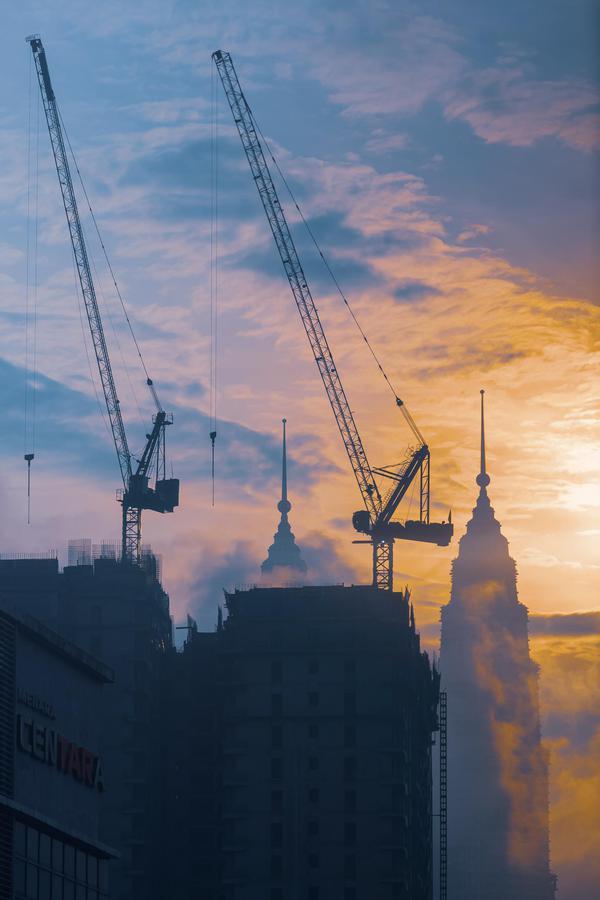 Image of Sky, Crane, Atmospheric phenomenon, Cloud, Morning, Urban area etc.