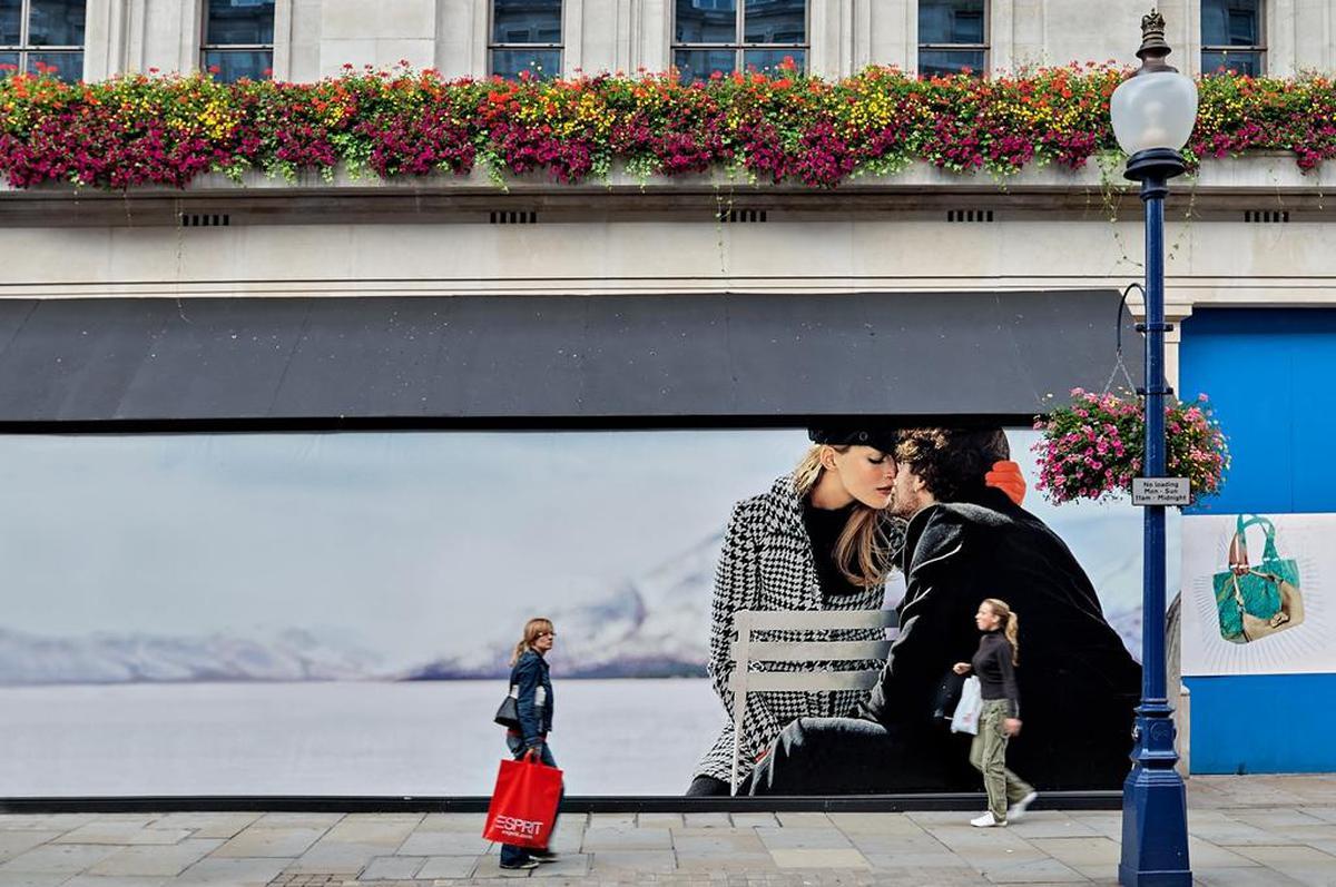 Image of Flower, Street light, Kiss, Street fashion etc.