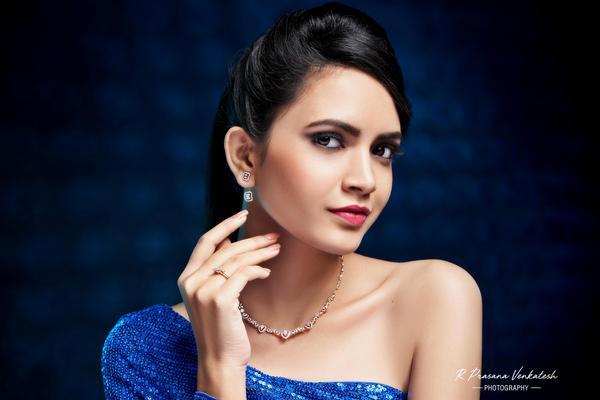 Image of Jewellery, Eyebrow, Eyelash, Forehead, Chin, Skin etc.