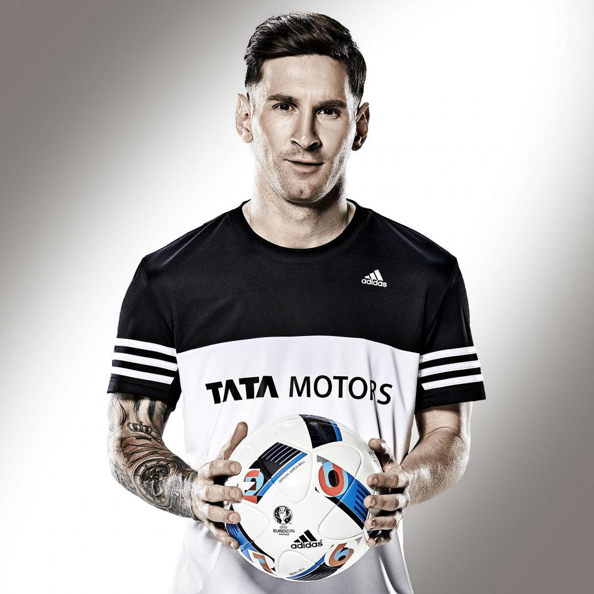Image of T-shirt, Clothing, Jersey, Sportswear, Player, Sleeve etc.